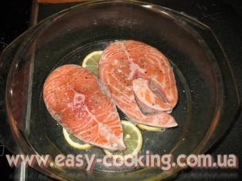 Стейки лосося запечені з лимоном